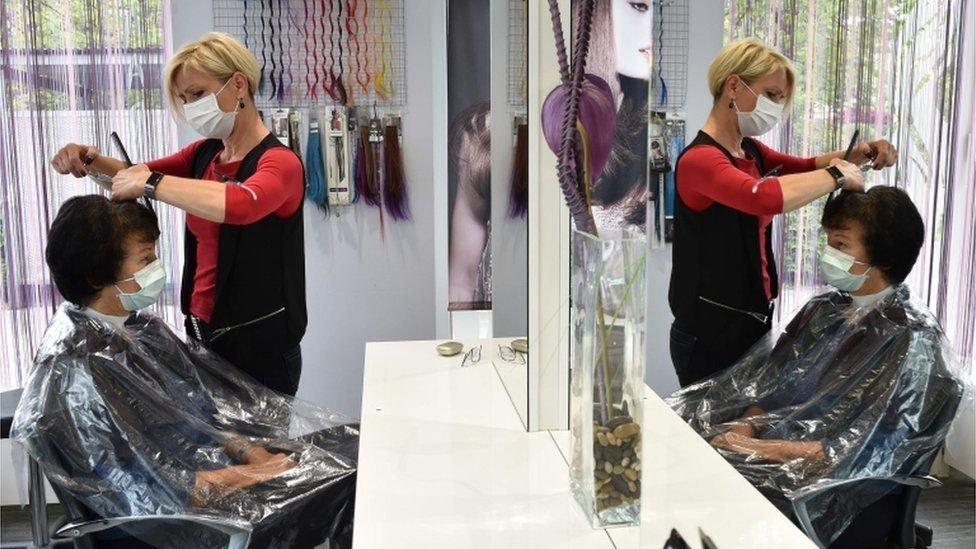 En las peluquerías los clientes tienen contacto mucho más cercano con los trabajadores que en las tiendas,
