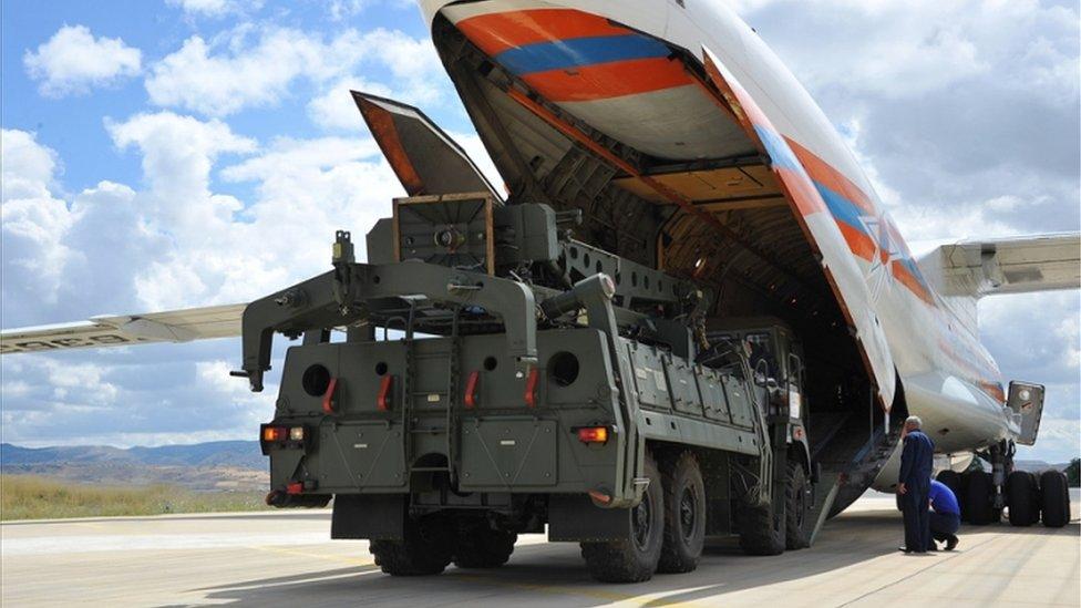 Російські системи С-400 вивантажують з літака