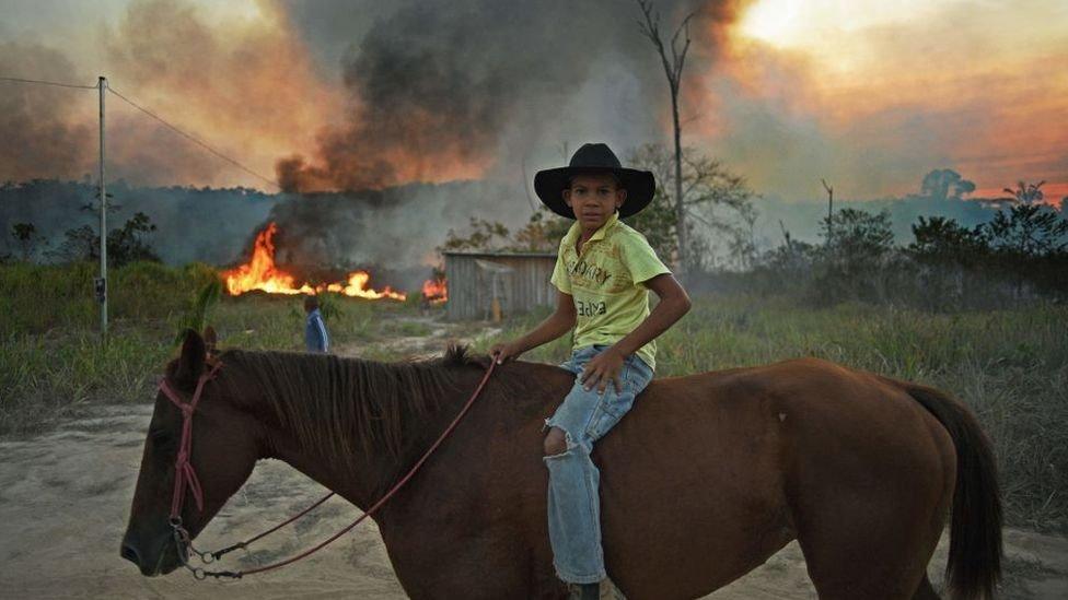 Joven montando a caballo