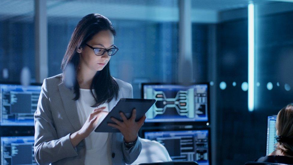 Una mujer en un centro de operaciones cibernéticas.