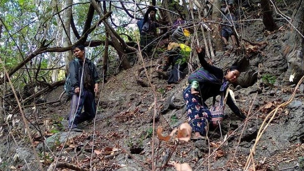 Desplazados de Mindat, en los bosques cercanos.