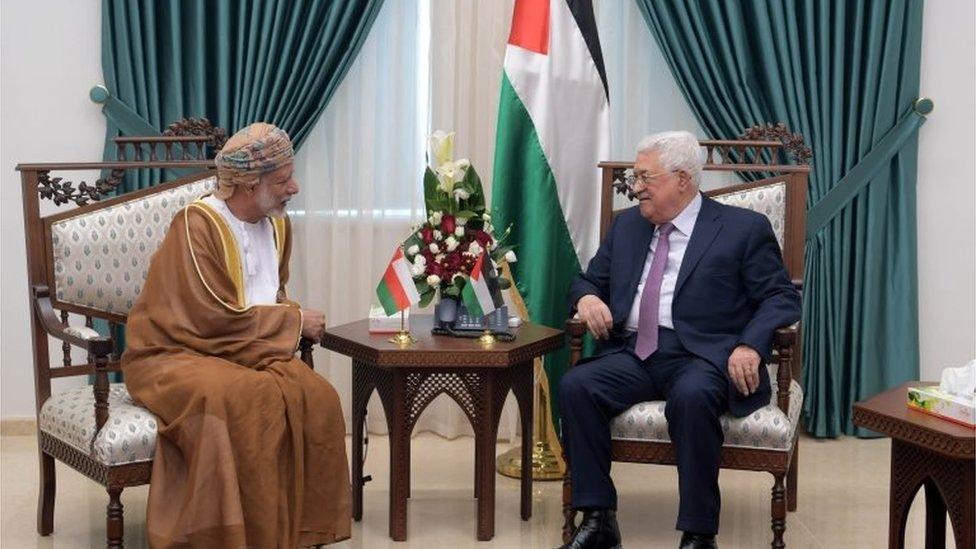 محمود عباس (يمين) والسلطان قابوس (يسار)