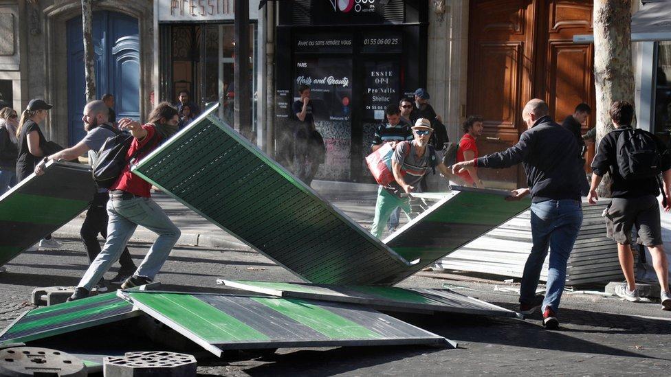 محتجون يقيمون المتاريس