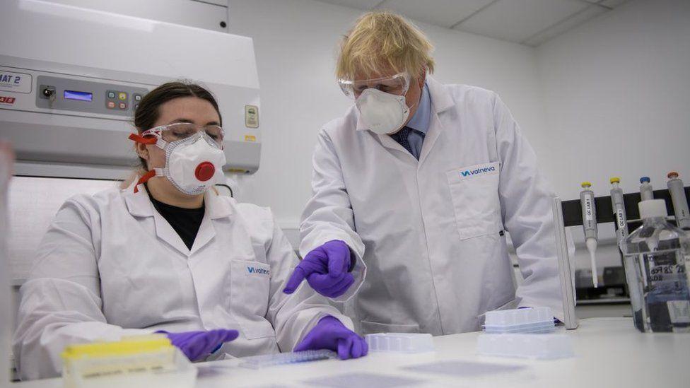 رئيس الوزراء البريطاني بوريس جونسون في موقع التصنيع الاسكتلندي التابع لشركة فالنيفا