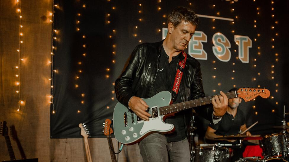 Mooney es el primer director ejecutivo de Fender que toca guitarra.