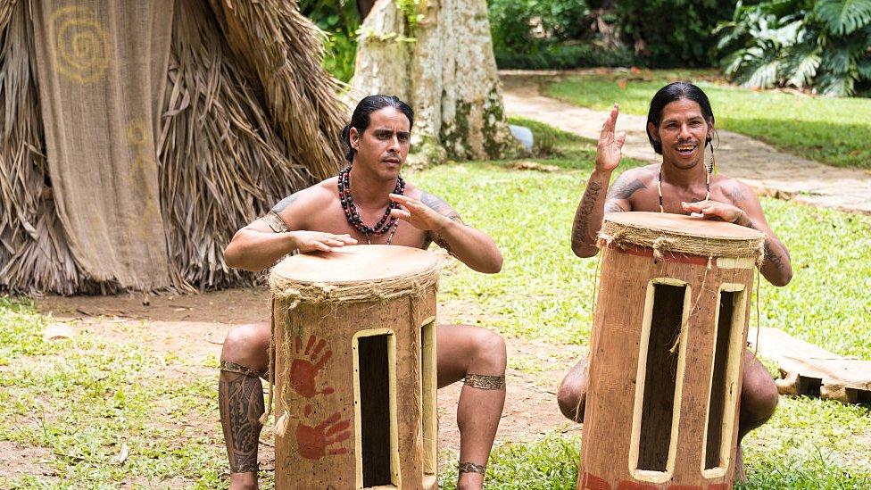 Recreación de indios tainos.