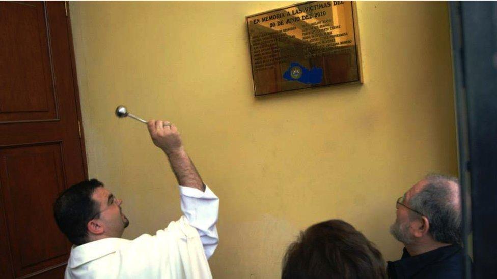 El padre Toño en la misa por el tercer aniversario del atentado de Mejicanos
