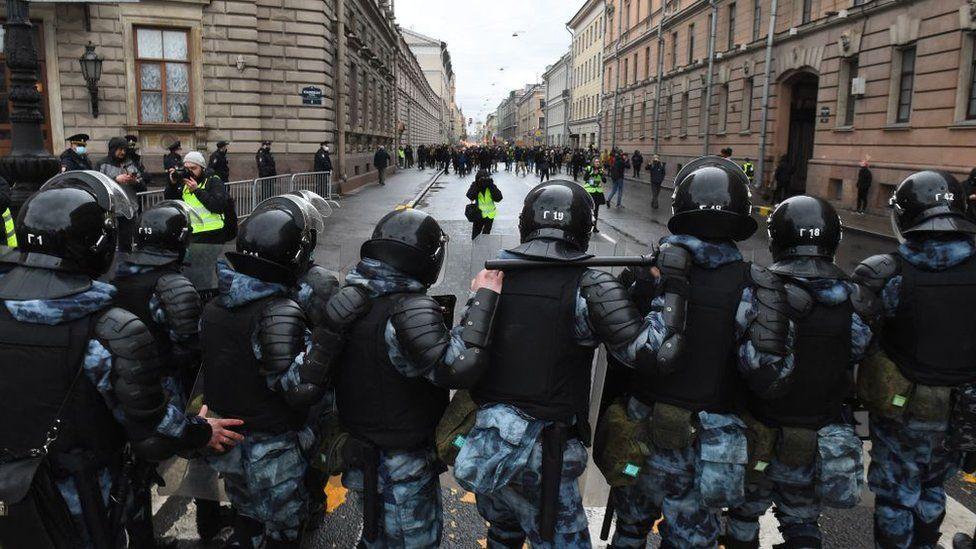 La policía instó a los manifestantes a irse a casa y detuvo a personas en todo el país.