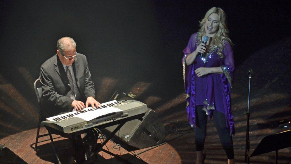 Un hombre y una mujer sobre un escenario en Managua.