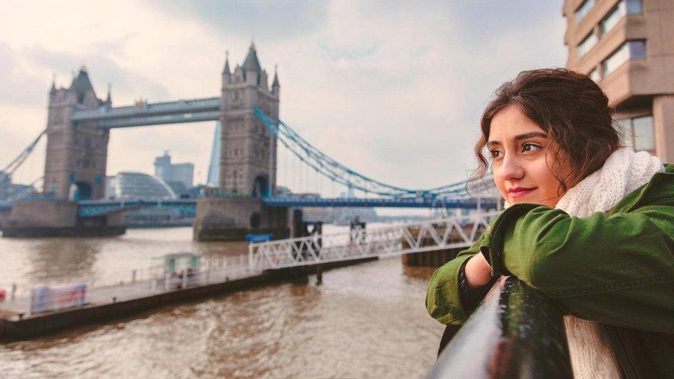 Tower Bridge ve Thames Nehri kenarında bir kadın