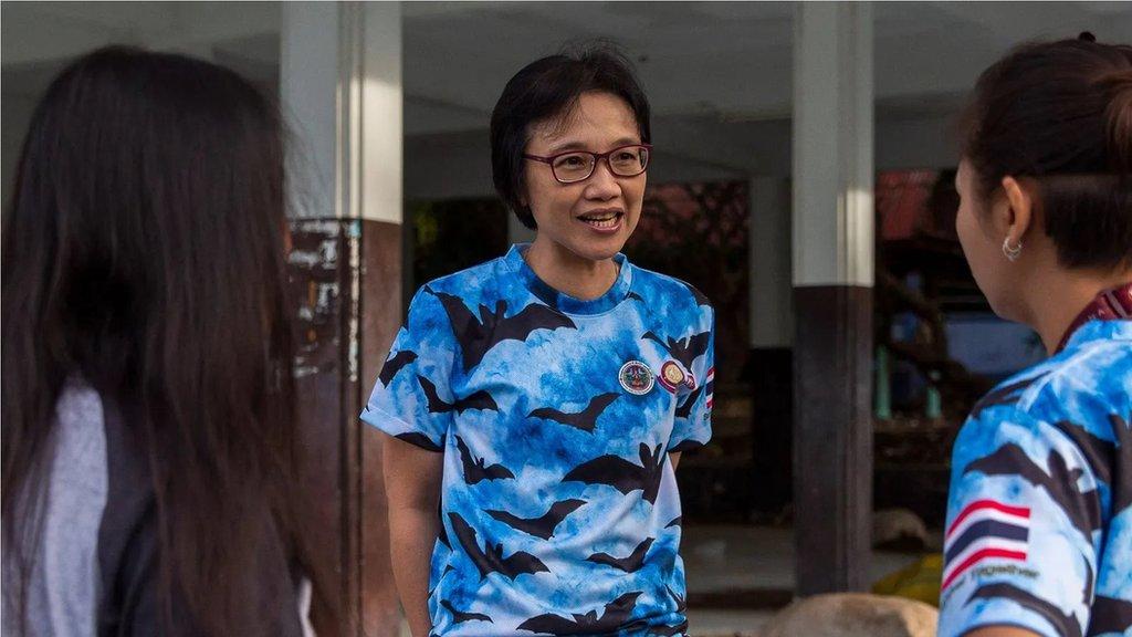 2020年9月哇卡拿魯薩蒂和她的研究團隊討論找尋蝙蝠所帶病毒的計劃。她和她的團隊曾發現中國之外首宗新冠病毒病例。