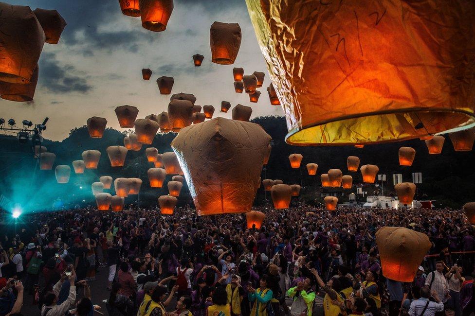 遊客放起數千盞天燈