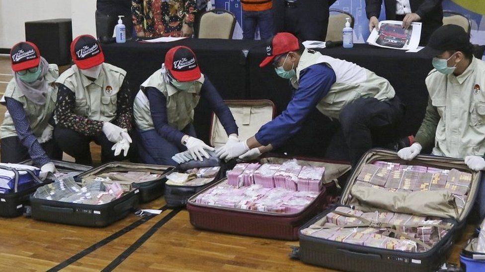 الوزير خبأ 14.5 مليار روبية في حقائب كبيرة حصل عليها من تسهيل تلاعب متعاقدين في مساعدات المتضررين