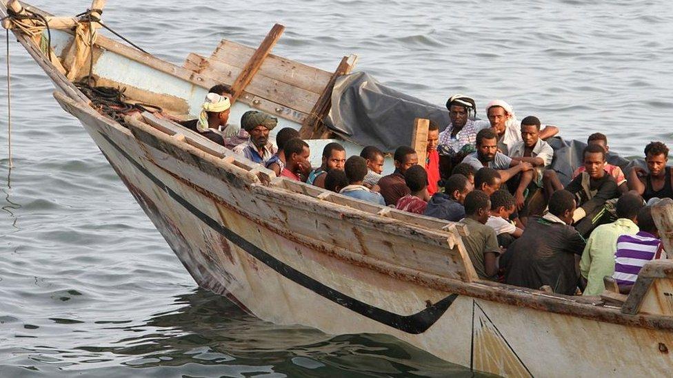 (أرشيف) قارب يقل مهاجرين في عدن