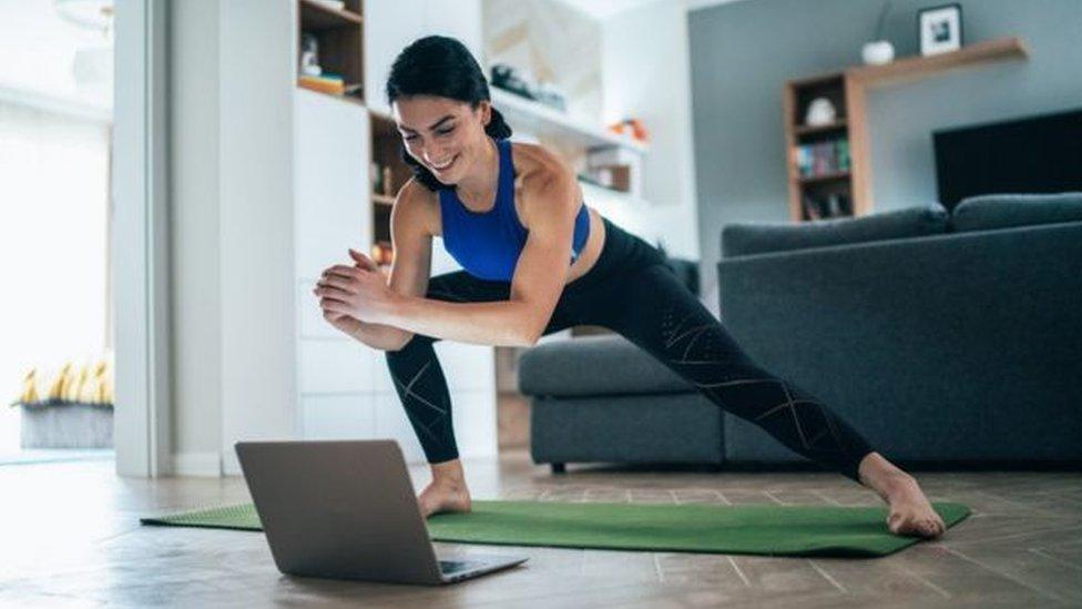 許多健身教練把課搬到了網上。