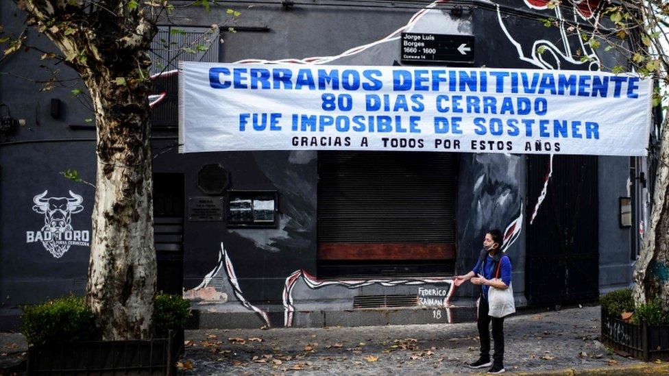 Un cartel de un negocio cerrado en Buenos Aires tras la pandemia del coronavirus.