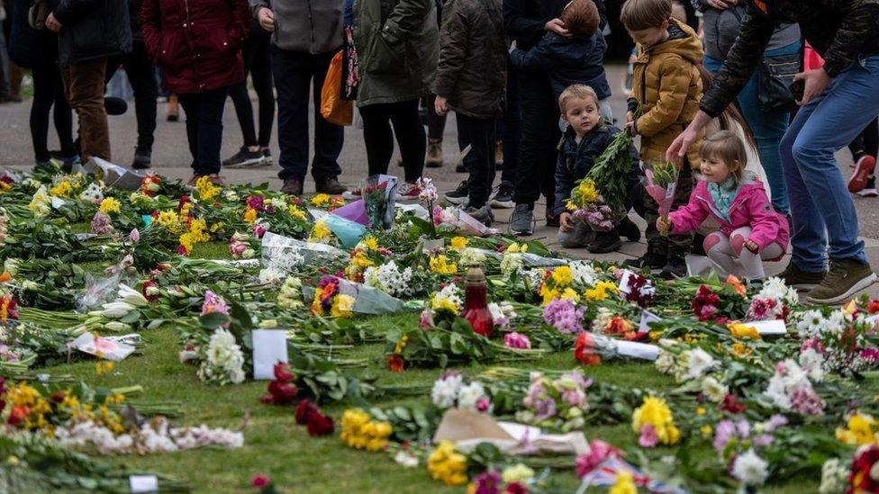 Muitas pessoas colocaram flores no Castelo de Windsor