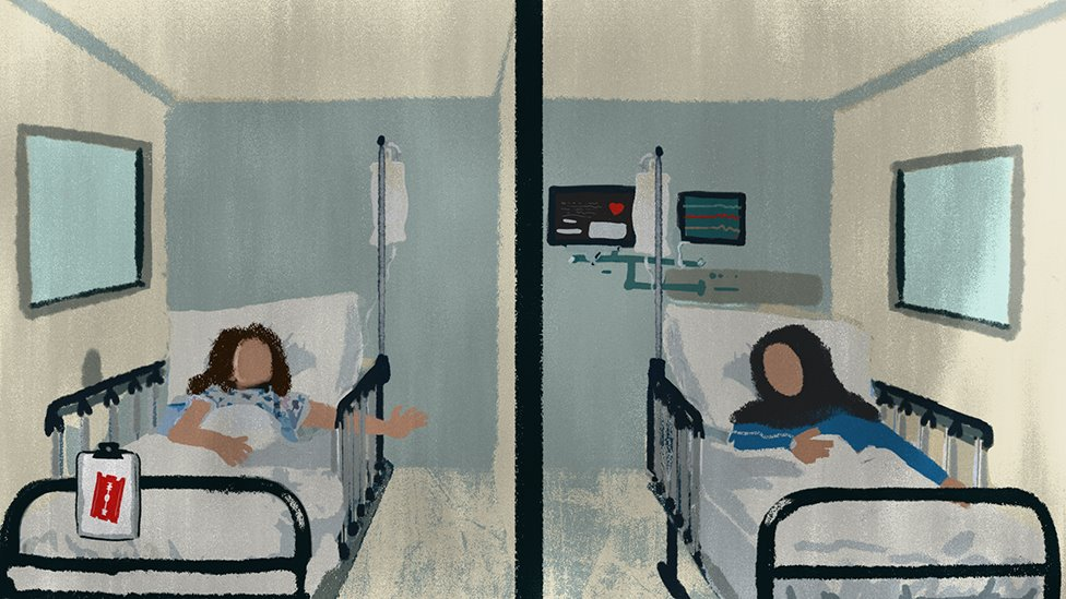 Una niña intenta contactar desde su cama de hospital con su madre que se encuentra en otra habitación.
