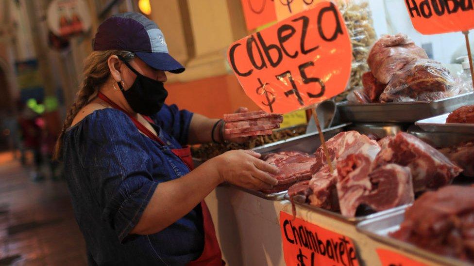 Mujer con mascarilla en mercado de México