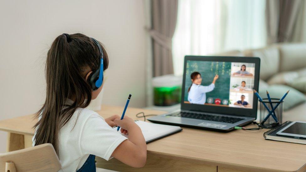 Niña en un aula virtual