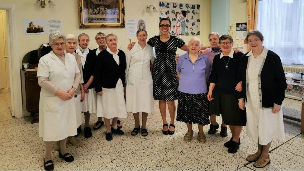 Brasileira, responsável pelo atendimento a 52 idosos, posa junto a freiras