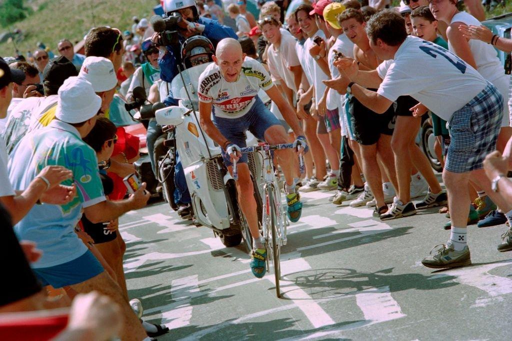 En el Tour, Marco Pantani es quien posee el récord al completar el ascenso en 37 minutos y 35 segundos en 1997.