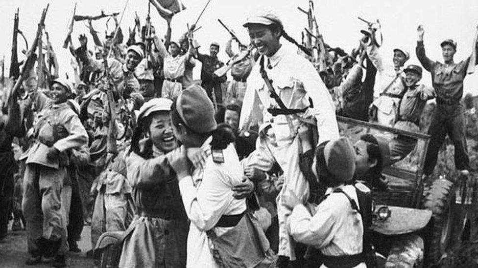 القوات الكورية الشمالية والصينية تحتفل بنجاحها في إجبار القوات الدولية على التقهقر