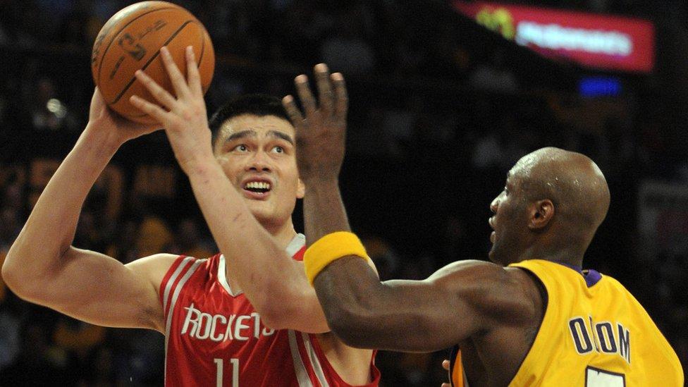 Yao Ming jugando al básquet.