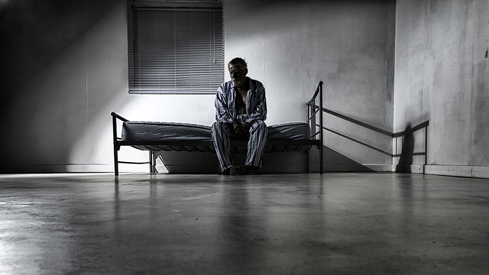 Un hombre en un asilo
