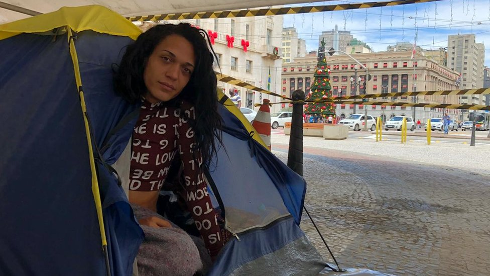 Samara Lohanny na praça do Patriarca