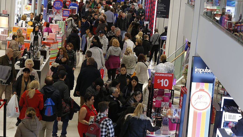 En Estados Unidos muchas tiendas comienzan las ventas del Black Friday en la medianoche.