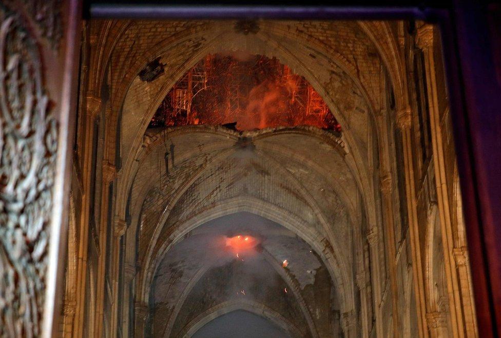 Plamen i dim u unutrašnjosti katedrale