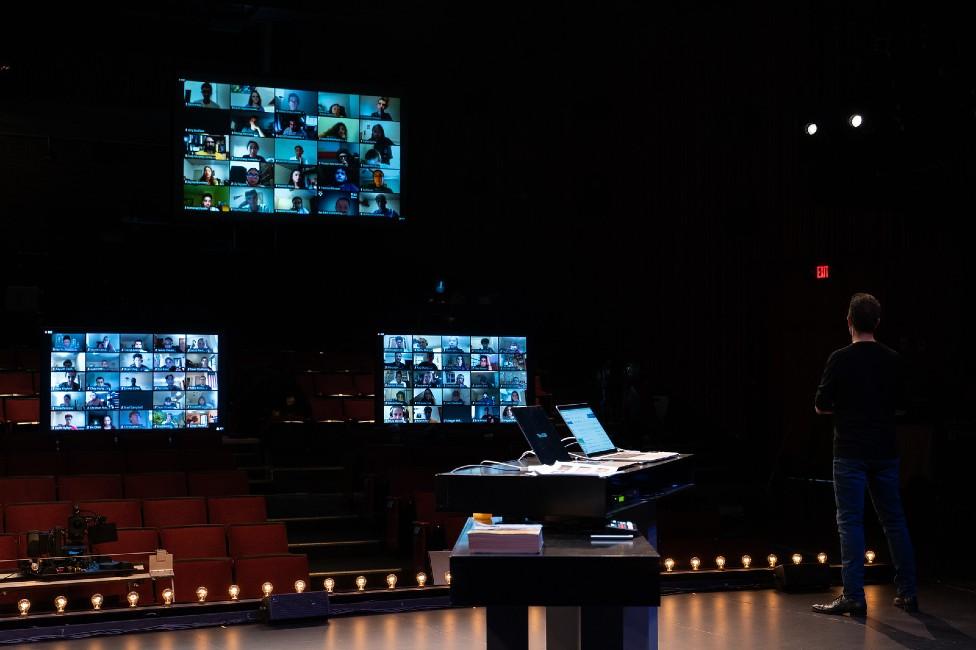 David Malan frente a tres pantallas