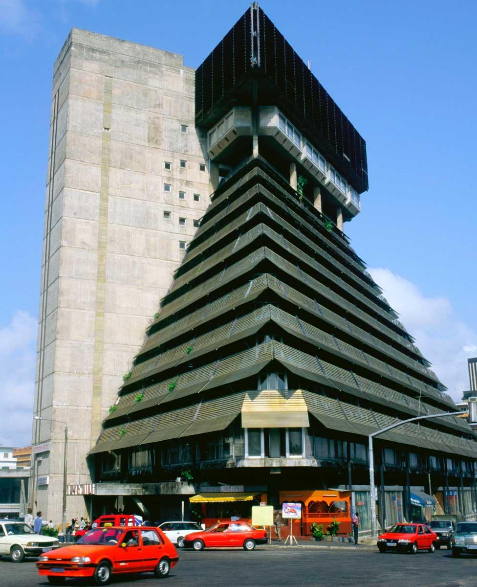 """""""Drevne ruševine civilizacije svemirskih putnika"""" ili brutalistička Le Piramid u centru Abidžana? (arhitekta: Rinaldo Olivijeri)"""