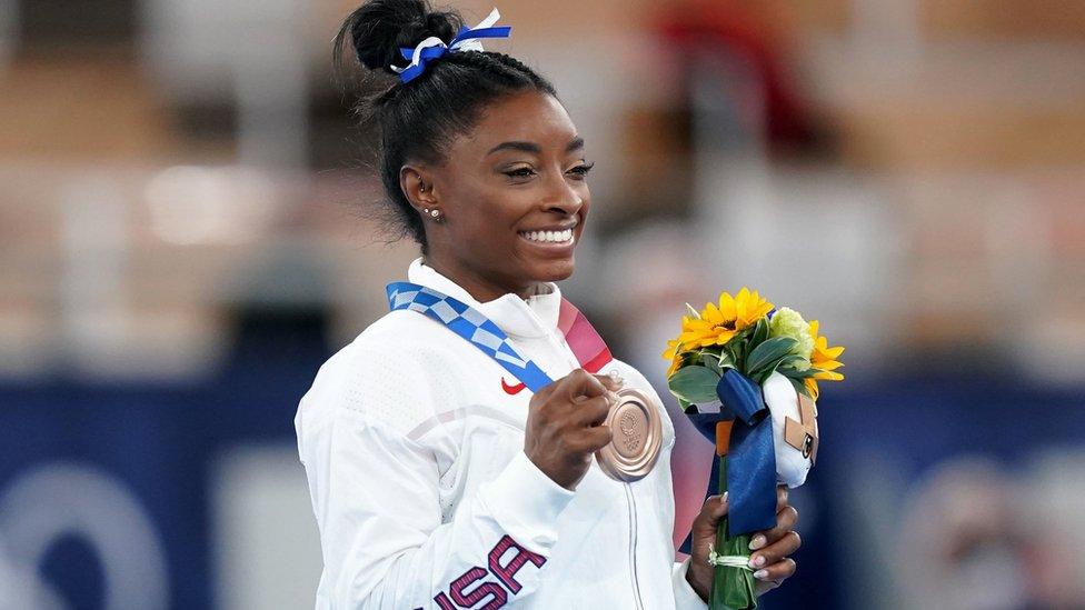 Simone Biles con su medalla de bronce en Tokyo 2020