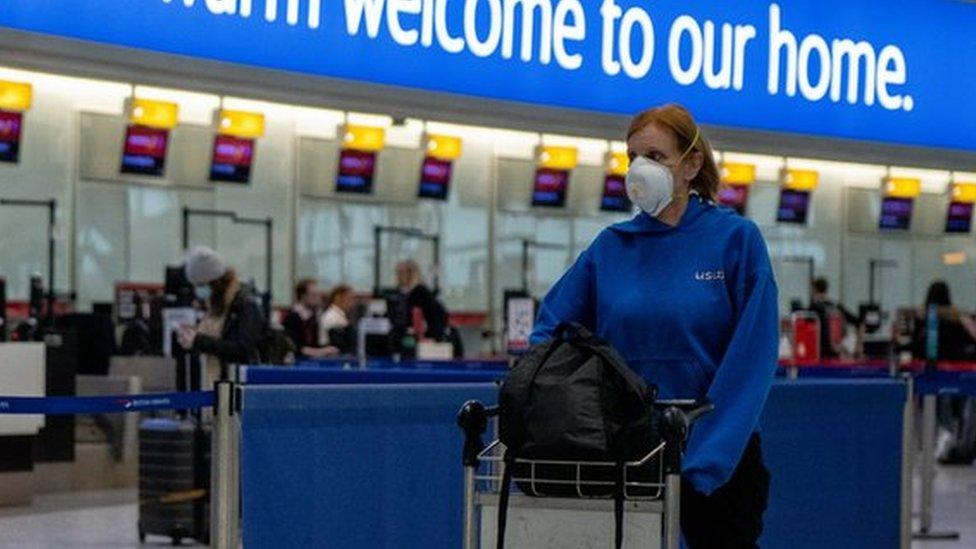 Коронавирус в мире: Англия уменьшит длительность карантина при въезде
