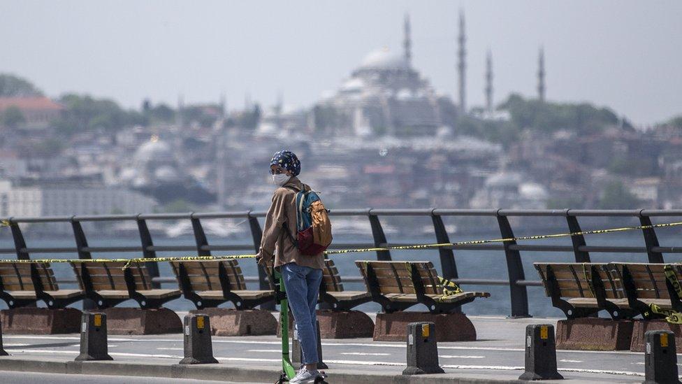 امرأة على السكوتر في اسطنبول