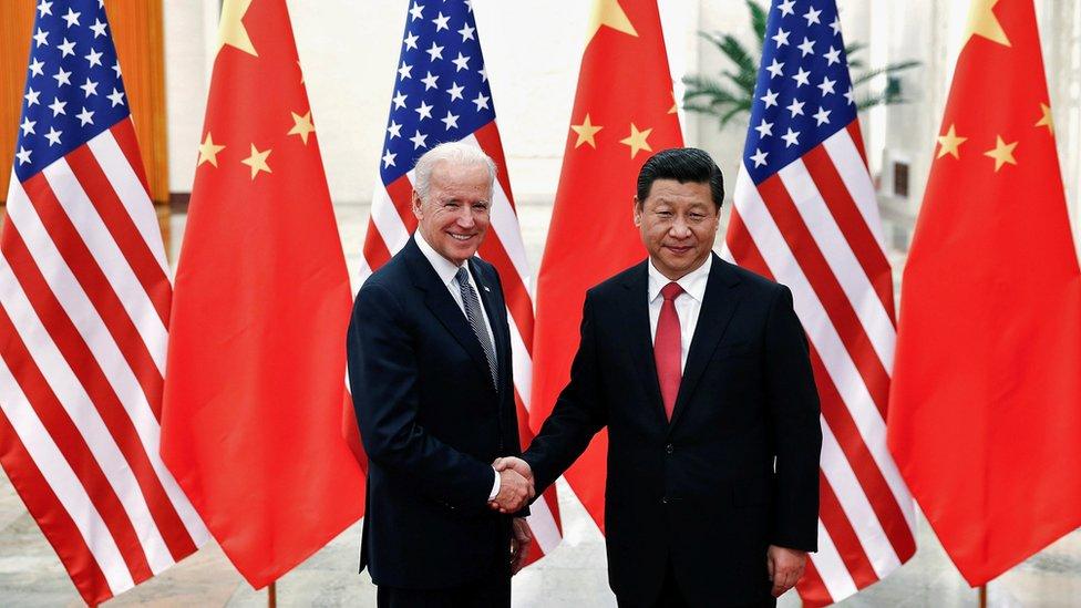 時任美國副總統拜登(左)在北京人民大會堂與中國國家主席習近平(右)握手(4/12/2013)