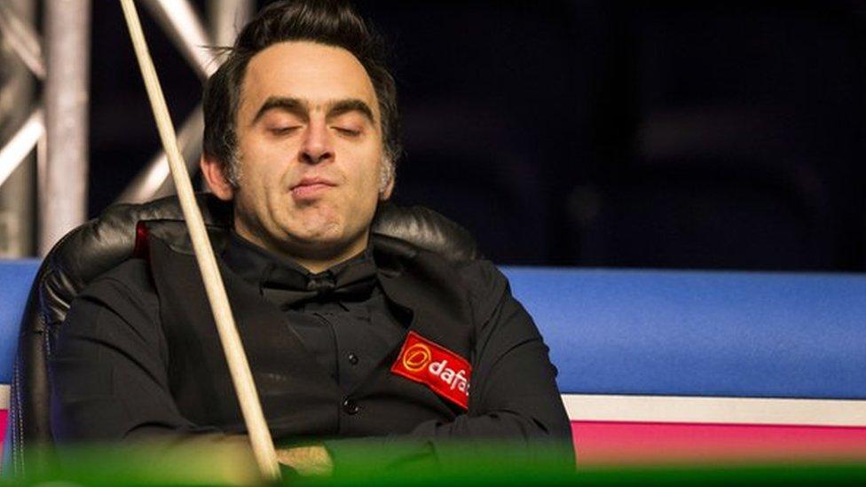Ronnie O'Sullivan takes a nap in between frames against Li Hang