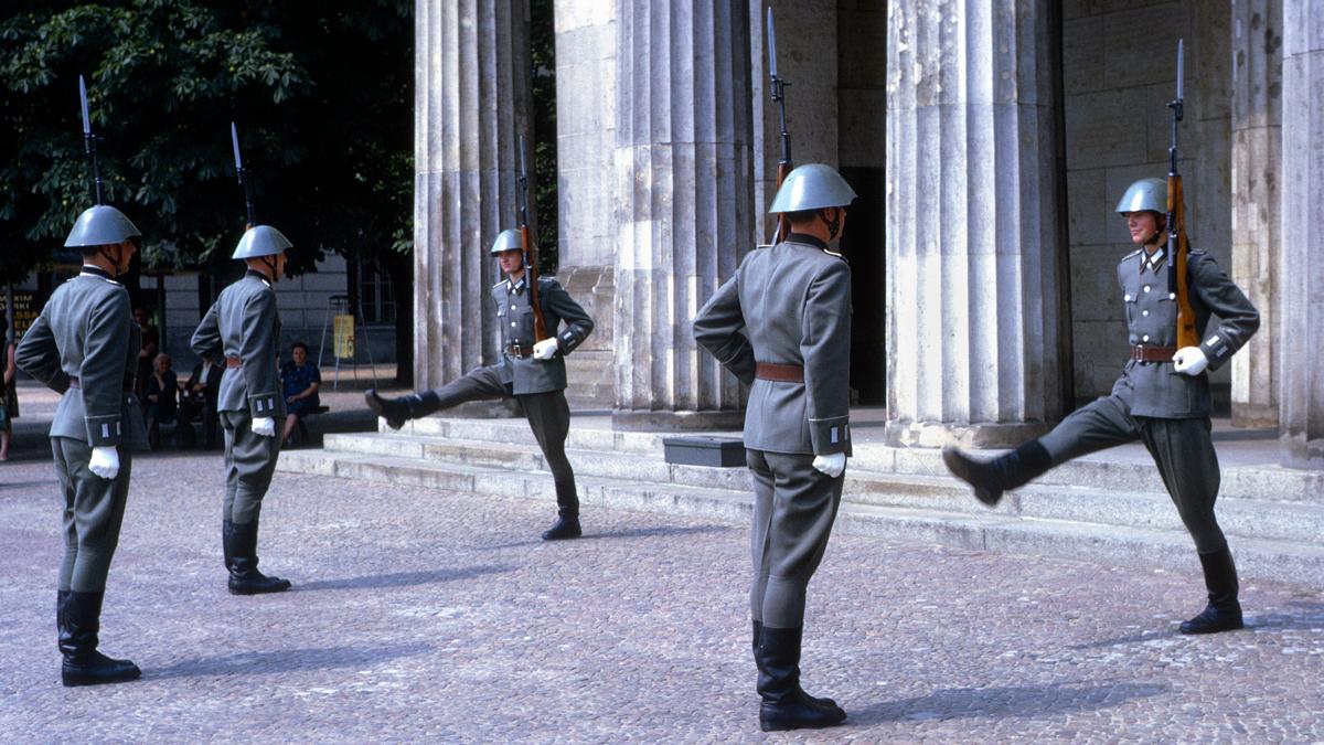 1967年,東德士兵在新崗哨外的換崗儀式邁著正步。
