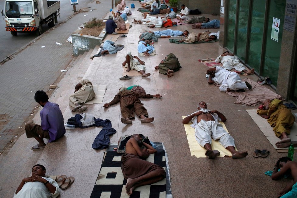 أشخاص ينامون على الرصيف للهروب من الحرارة داخل المنازل والانقطاع المتكرر للكهرباء في كراتشي الباكستانية