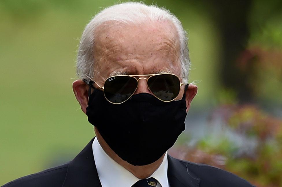Joe Biden con mascarilla