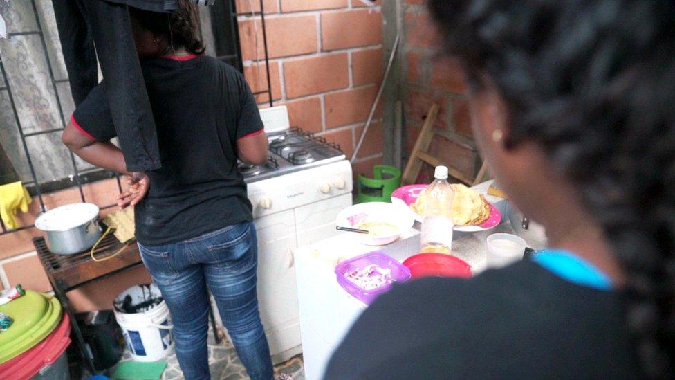 Mujeres cocinan en un hostal
