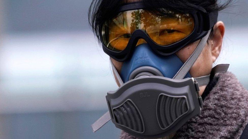Una mujer con una máscara protegiéndose el rostro en el metro de Shanghái, el 13 de febrero de 2020.