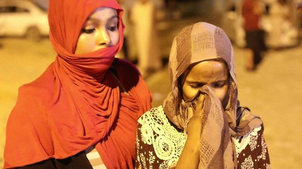 فتاة تبكي خارج مركز الاعتقال بعد الهجوم الذي أودى بحياة 53 شخصًا
