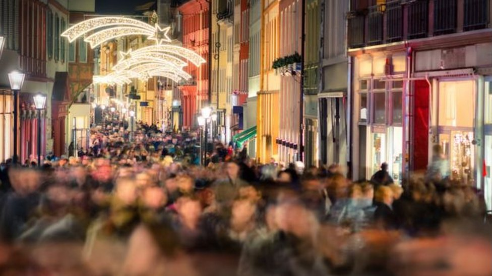 أضواء الكريسماس في أحد الأسواق وسط العاصمة البريطانية لندن