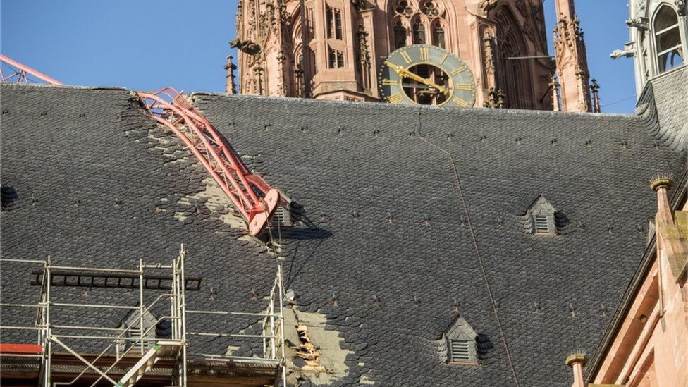 Kran se srušio na krov katedrale u Frankfurtu