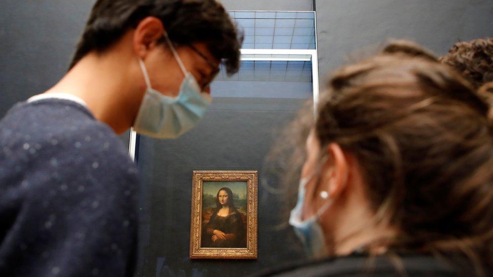 Jóvenes frente a la Mona Lisa