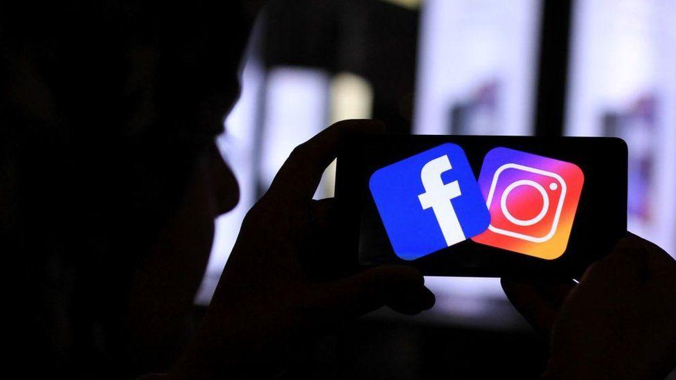 Logos de Facebook e Instagram en la pantalla de un celular.