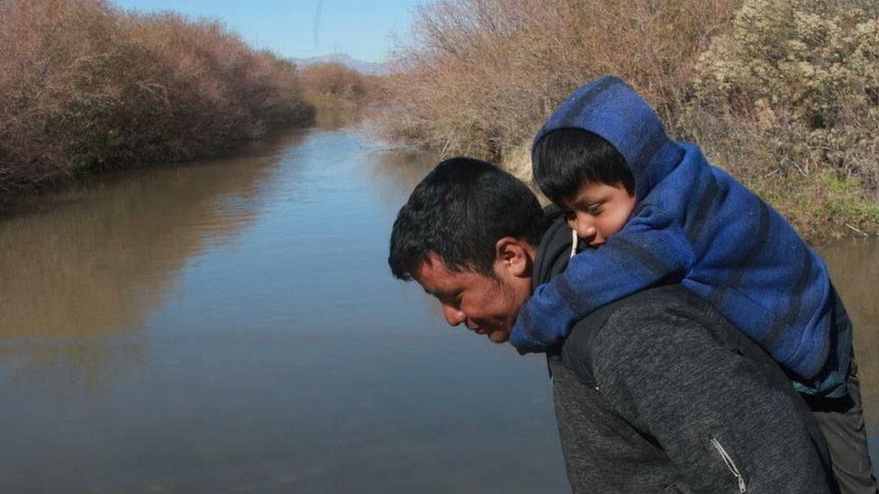 Porodica migranata spremna za prelazak preko Rio Grande